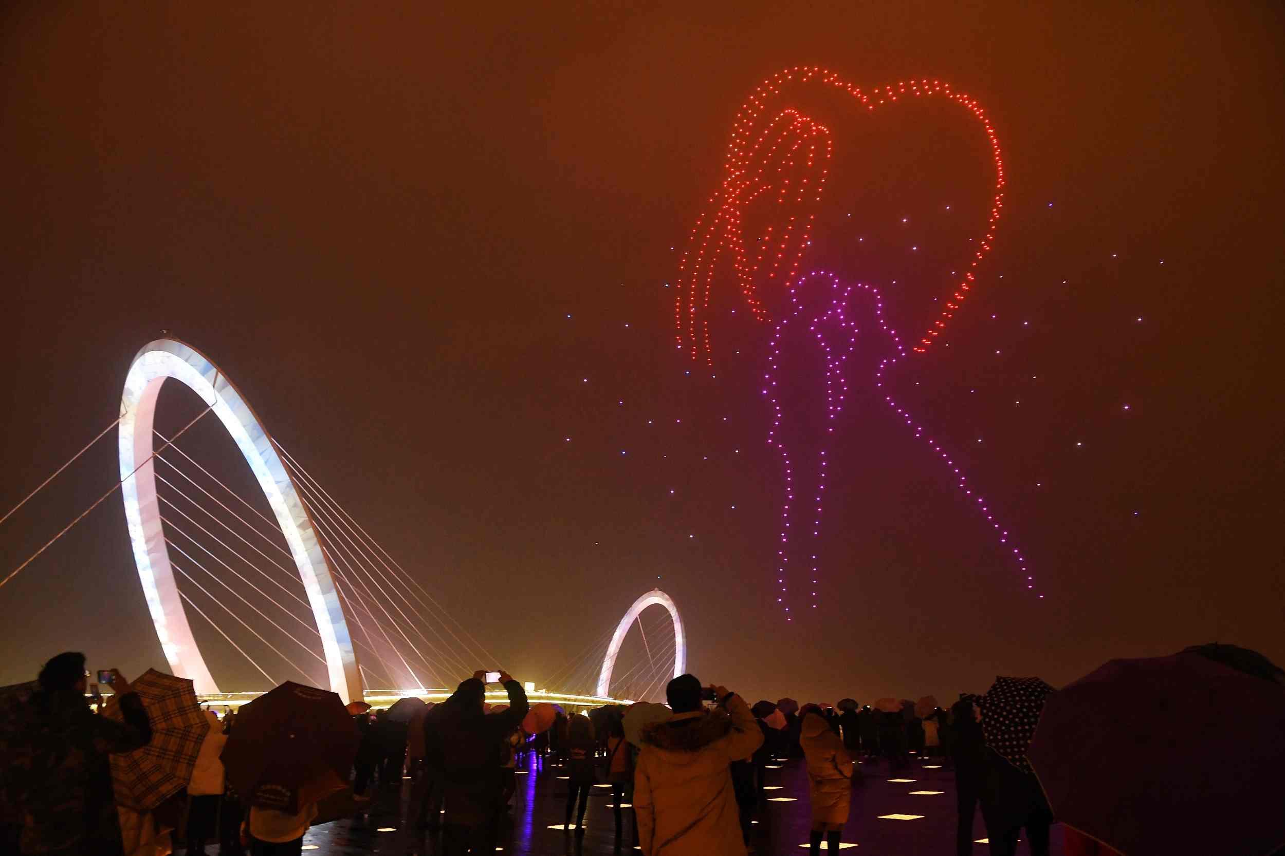 """666 Drones Lumineux Ont """"dansé"""" Un Étincelant Ballet Aérien à Spectacle Danse Chinoise"""