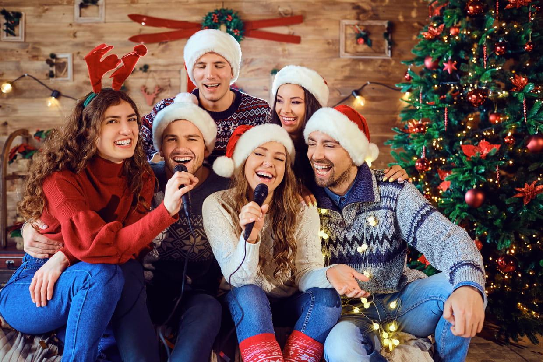 Chanson De Noël : Toutes Les Paroles Pour Se Lâcher Devant destiné Chanson Dans Son Manteau Rouge Et Blanc