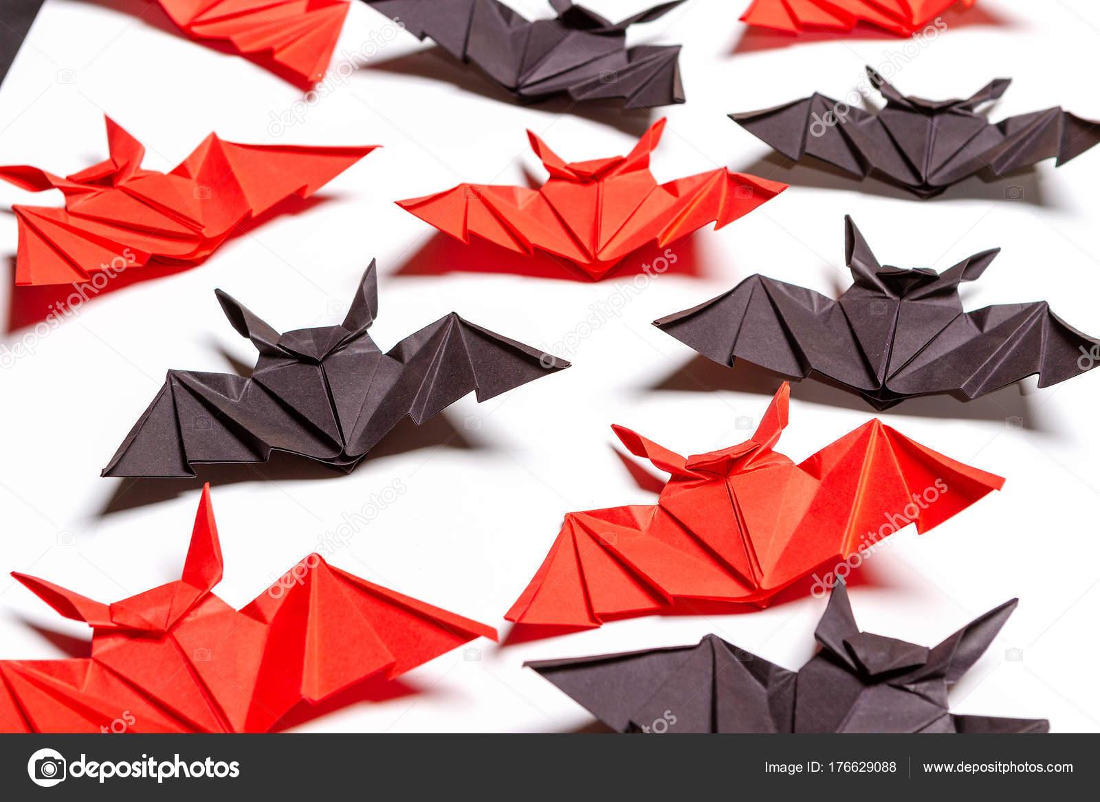 Fond De Halloween. Fond Blanc. Chauves-Souris Rouges Et intérieur Origami Chauve Souris