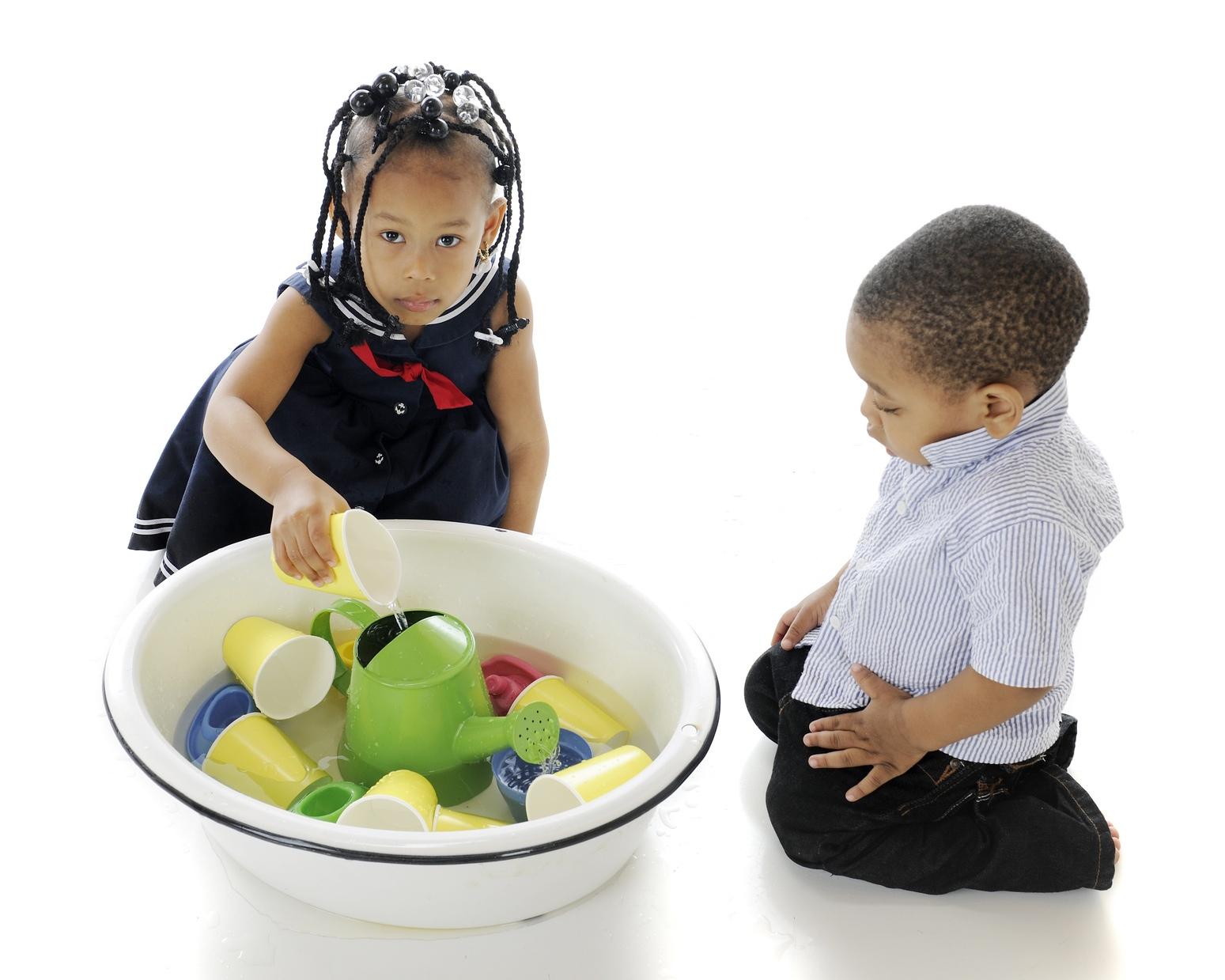 Jeux De Transvasement : Le Grand Plaisir Des Tout-Petits pour Jeux Pour Petit Enfant