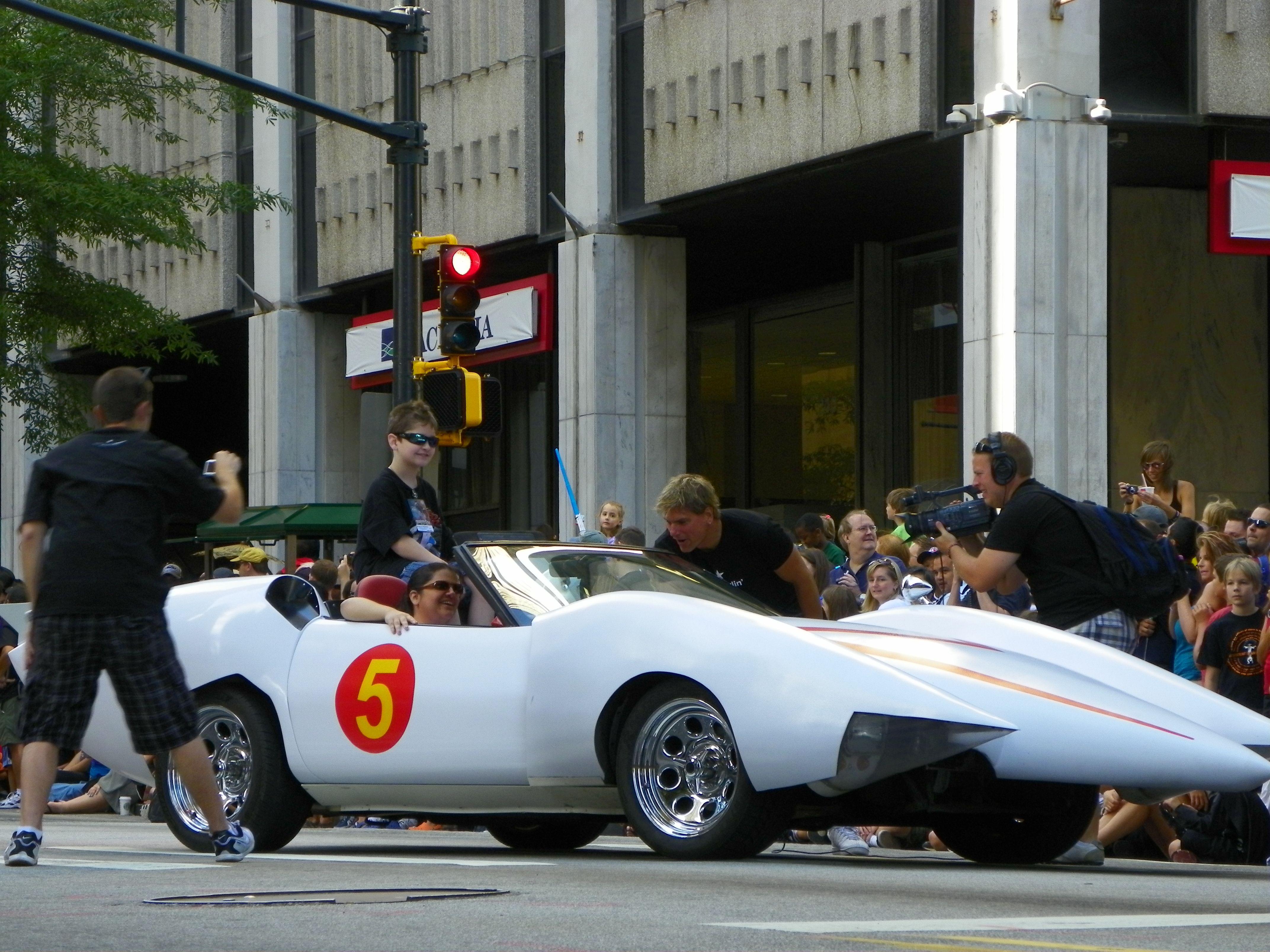 Les Voitures Font Aussi Du Cosplay : Speed Racer à La Voiture De Course Dessin Animé