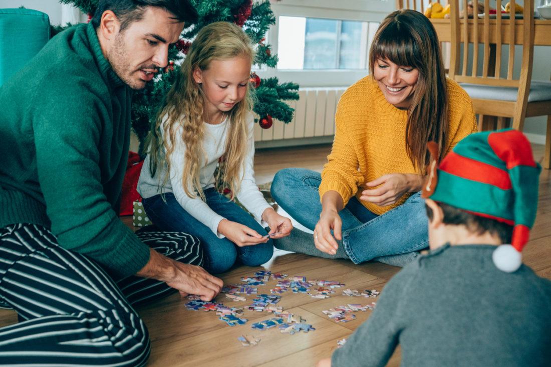 Noël Ensemble : 25 Jeux Pour Jouer En Famille - Blog Hop'toys destiné Ce Soir On Joue En Famille 3