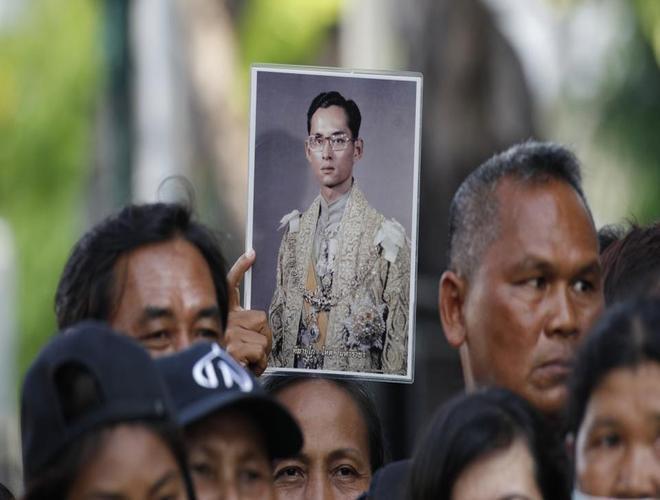 Biển Người Thái Lan Tiễn Biệt Nhà Vua Quá Cố Bhumibol avec Lan Trotro