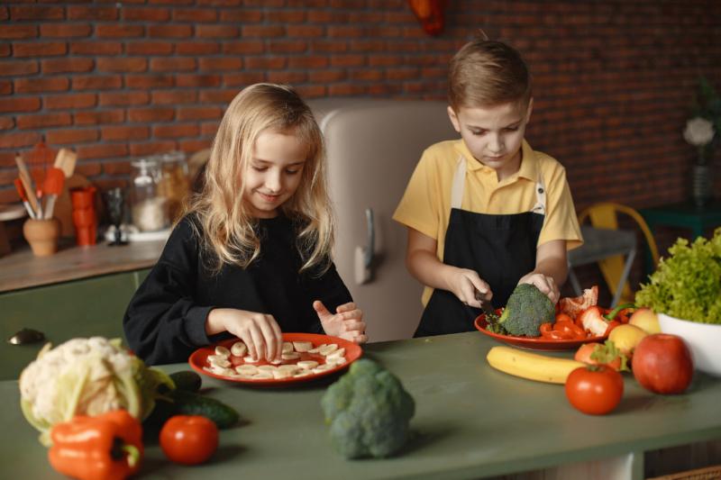 Partager Le Plaisir De Cuisiner Avec Les Enfants | Plantago pour Cuisiner Avec Des Enfants