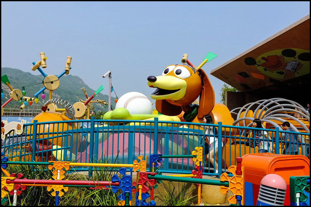 Slinky Dog Zigzag Spin | The Hong Kong Version Of The Ride intérieur Zig Zag Toy Story