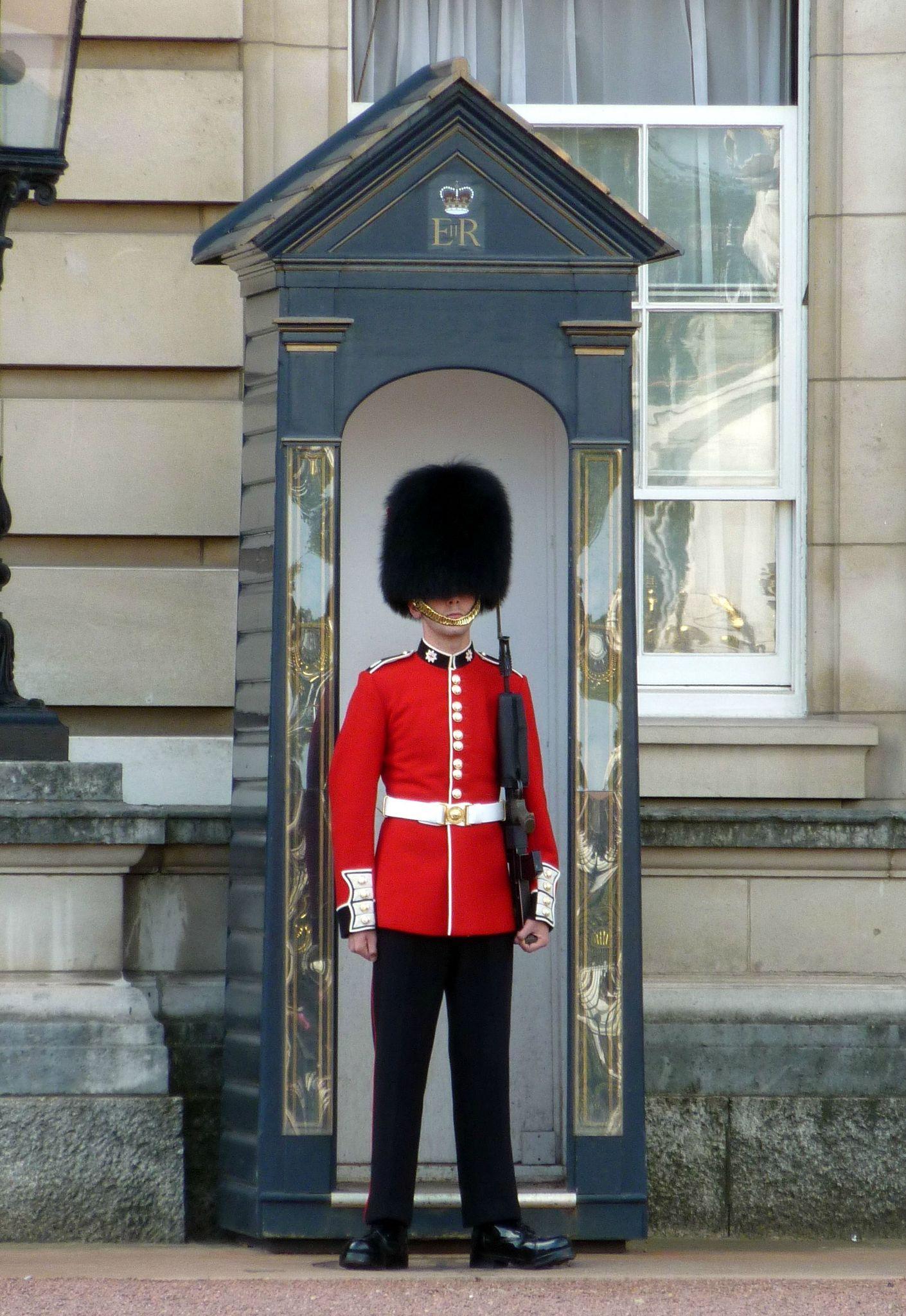 Video Shocking : Le Garde Qui Fait Le Pitre Sous Les concernant Garde Anglais Dessin